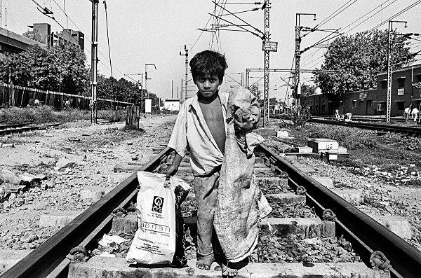 कैसे एक कूड़ा उठाने वाला बना मशहूर फोटोग्राफर – Vicky Roy Photographer Rags to Riches Success Story in Hindi